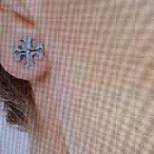 Tory Burch Jewelry - ❤️TORY BURCH T LOGO STUD EARRINGS 💗